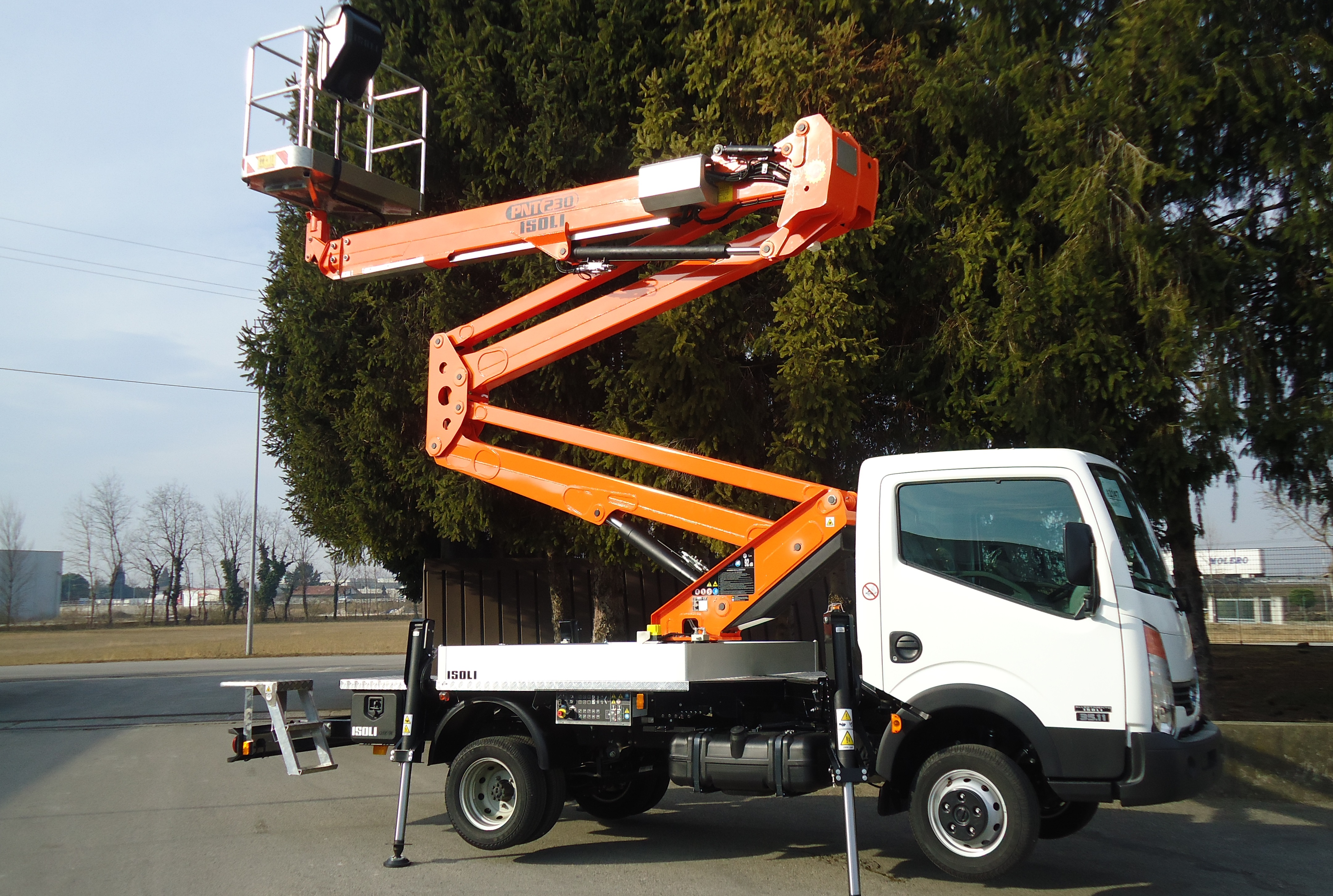 High Capacity Isoli Truck Mounted Boom Assists With Building Maintenance