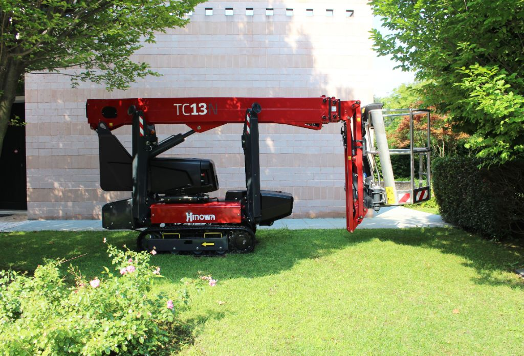 The spider platform has been designed to be highly compact and light, allowing it to be tracked into highly confined spaces on low load-bearing floors.